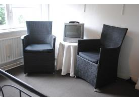 kamer zijkant stoelen.JPG